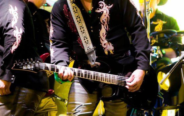 Enrique Esparza Guitarrista Zurdo de Grupo Mandingo